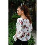 Бяла блузка на цветя