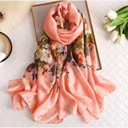 Копринен шал с флорални мотиви в розово